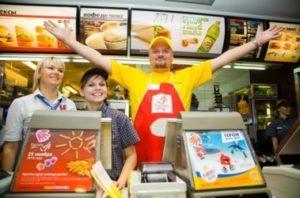 Сколько на самом деле платят в Макдональдсе в России и в США